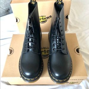 Dr. Martens Black Smooth Women's SZ7